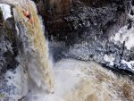 kayak-waterfall-going-down-wallpaper-1600x1200-14348-t-.-ibackgroundz.jpg
